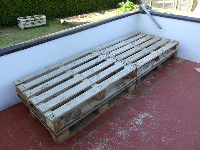 Diy pallet project patio pallet daybed 99 pallets for Outdoor pallet daybed