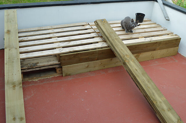 Diy pallet project patio pallet daybed 99 pallets for Sofa de palets exterior