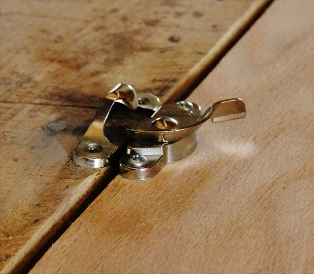 DIY Pallet Folding Desk