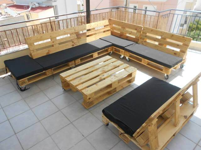 pallet sectional couch for outdoors 99 pallets. Black Bedroom Furniture Sets. Home Design Ideas