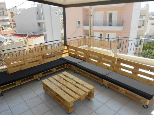 Pallet sectional couch for outdoors 99 pallets for Sofa de palets exterior