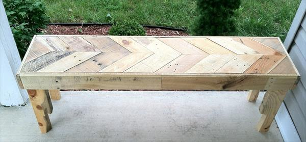 Diy chevron pallet bench 99 pallets for Building a bench from pallets
