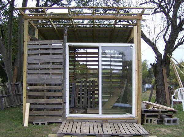 reclaimed pallet shed
