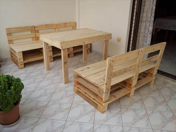 recycled table and chairs out of pallet