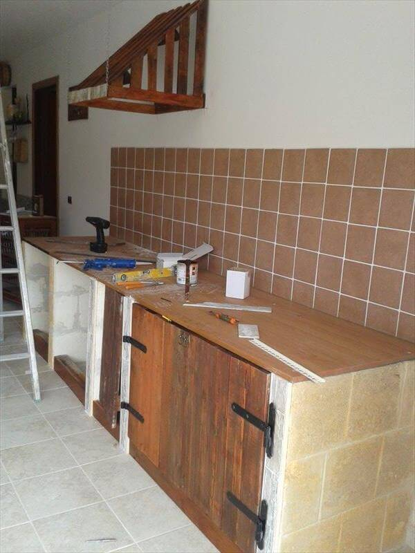 Kitchen cabinets using old pallets in kitchen cabinets for Kitchen units made from pallets