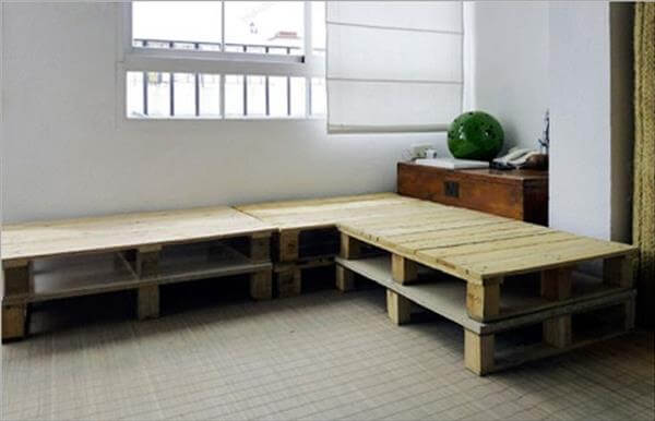 Diy pallet sectional sofa for living room 99 pallets for Sofa esquinero cocina
