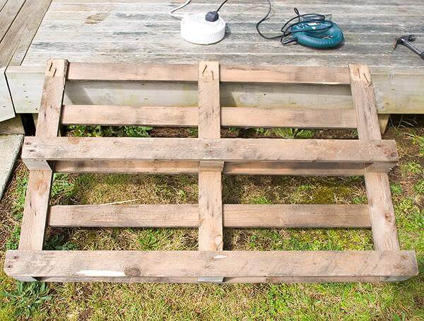 Diy pallet garden bed edging for Flower beds out of pallets