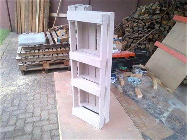 recycled pallet bookshelf