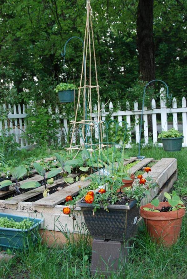 9 diy pallet garden bed ideas 99 pallets for Flower beds out of pallets