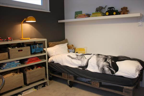 Diy pallet kid 39 s room bed 99 pallets for Diy kids pallet bed