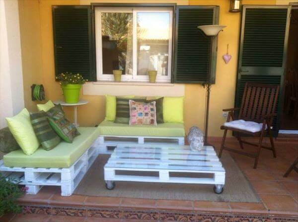 30 diy pallet furniture projects 99 pallets for Sofa de palets exterior