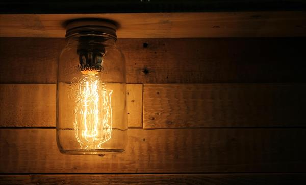 reclaimed pallet mason jar light