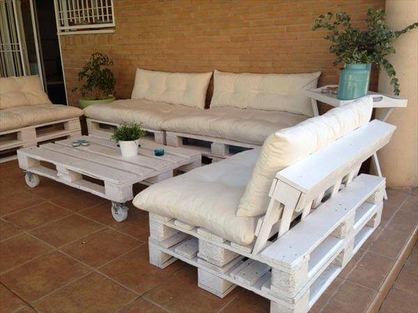 Diy outdoor patio furniture from pallets for Palette table de jardin