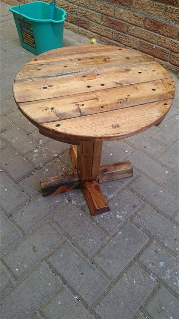 DIY Pedestal Pallet Round Coffee Table | 99 Pallets