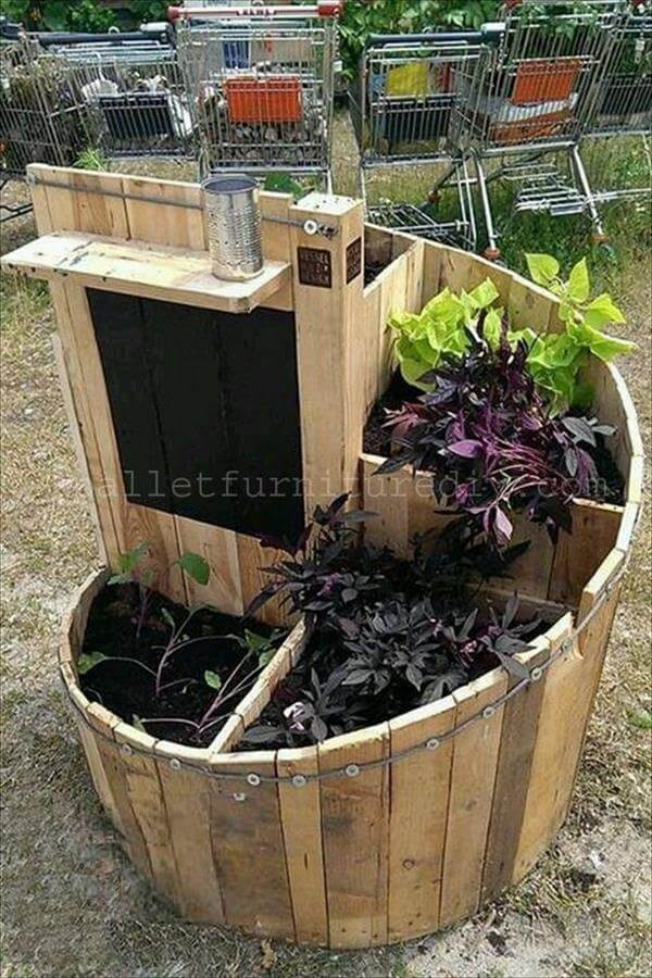 reclaimed pallet swirl garden - Garden Ideas With Pallets