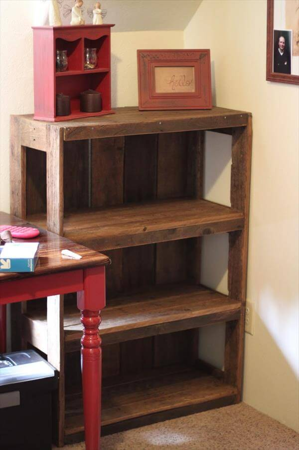 Diy wood pallet bookshelf tutorial 99 pallets for Easy to make bookcase