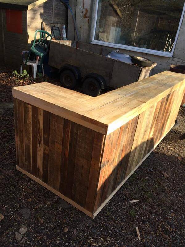 Diy pallet l shape desk counter and bar table 99 pallets for Diy outdoor bar top