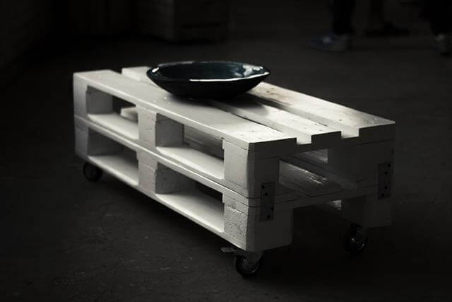 Shabby chic white pallet coffee table with wheels 99 pallets for White coffee table with wheels