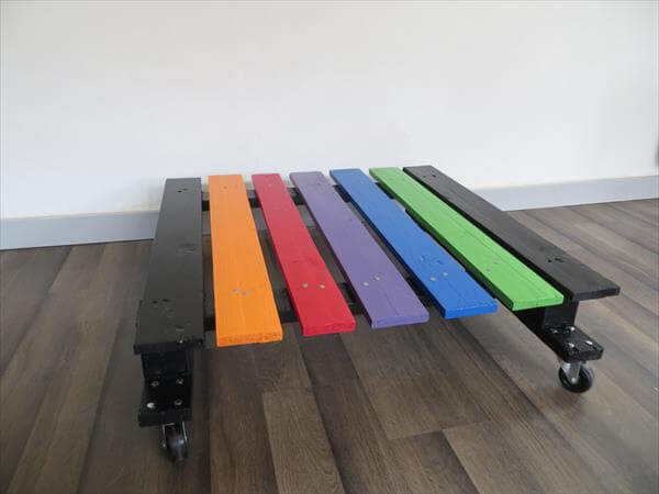 Diy rainbow pallet coffee table with wheels 99 pallets for Table basse palette
