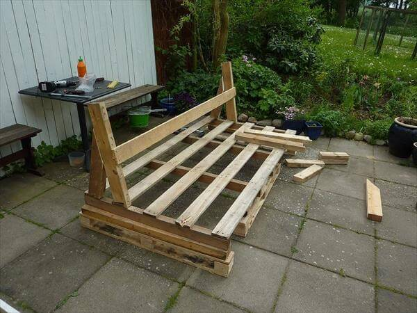 Diy pallet outdoor sofa with cushion tutorial 99 pallets for Make a pallet sofa