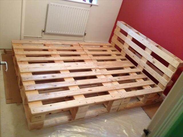 Recycled pallet bed frame projects recycled things for Pallet bed frame with side tables