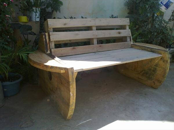 Diy recycled pallet and cable spool bench patio sofa for Outdoor tables made out of wooden wire spools