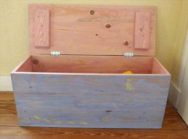 Do copy this DIY pallet trunk project as you can also store blankets ...