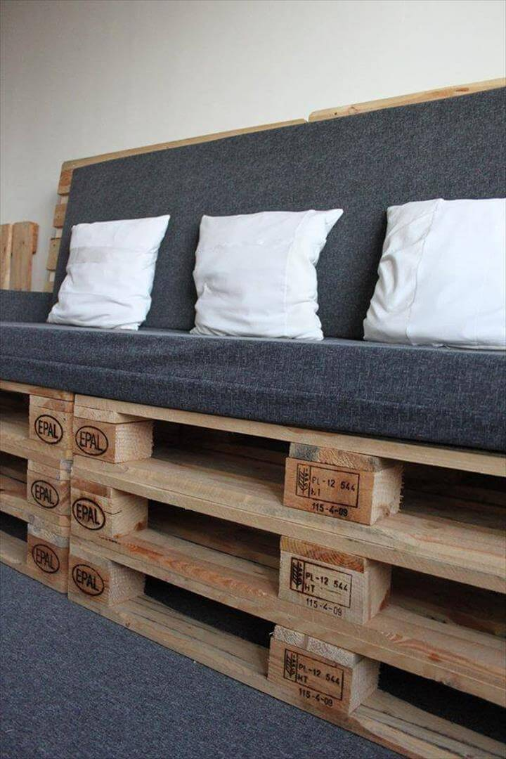 Diy upholstered pallet settee pallet sofa 99 pallets - Sofas con palets ...