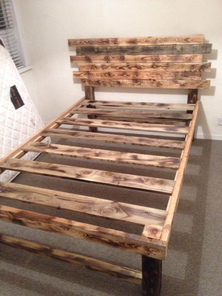 Diy pallet bed with headboard 99 pallets - Lit en palette de bois avec lumiere ...