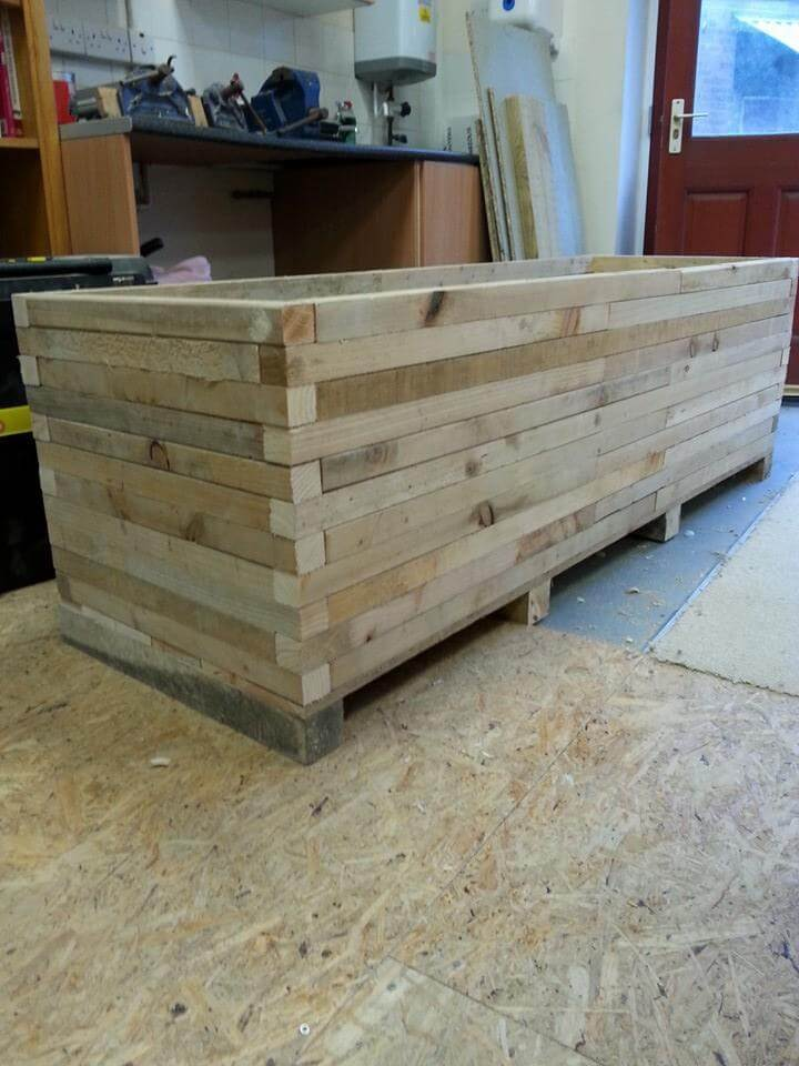 Diy pallet extra large garden planter 99 pallets for Making planters from pallets