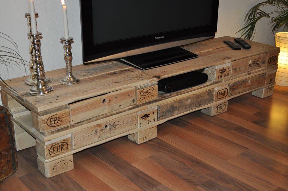 diy pallet low media table 99 pallets. Black Bedroom Furniture Sets. Home Design Ideas