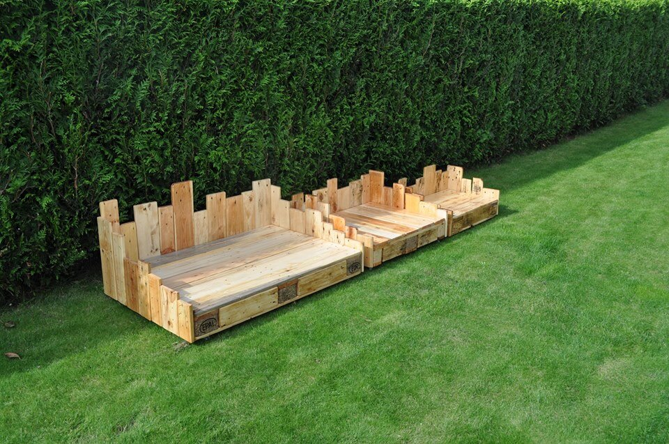 Diy wood pallet dog bed 99 pallets for Wood dog bed furniture