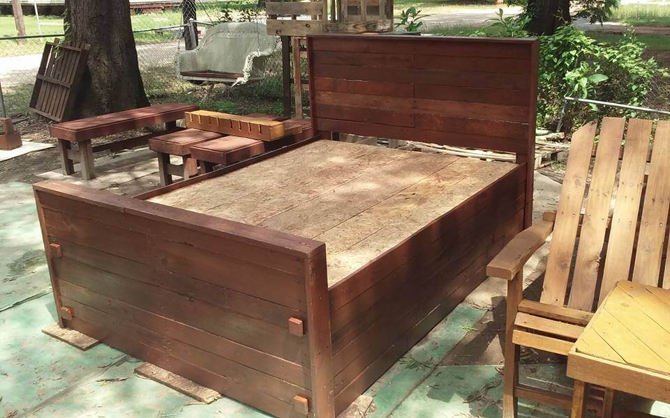 Diy pallet bed king size 99 pallets for Pallet king bed frame