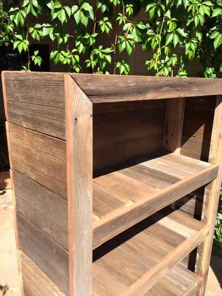 DIY Rustic Pallet Bookshelf / Bookcase | 99 Pallets