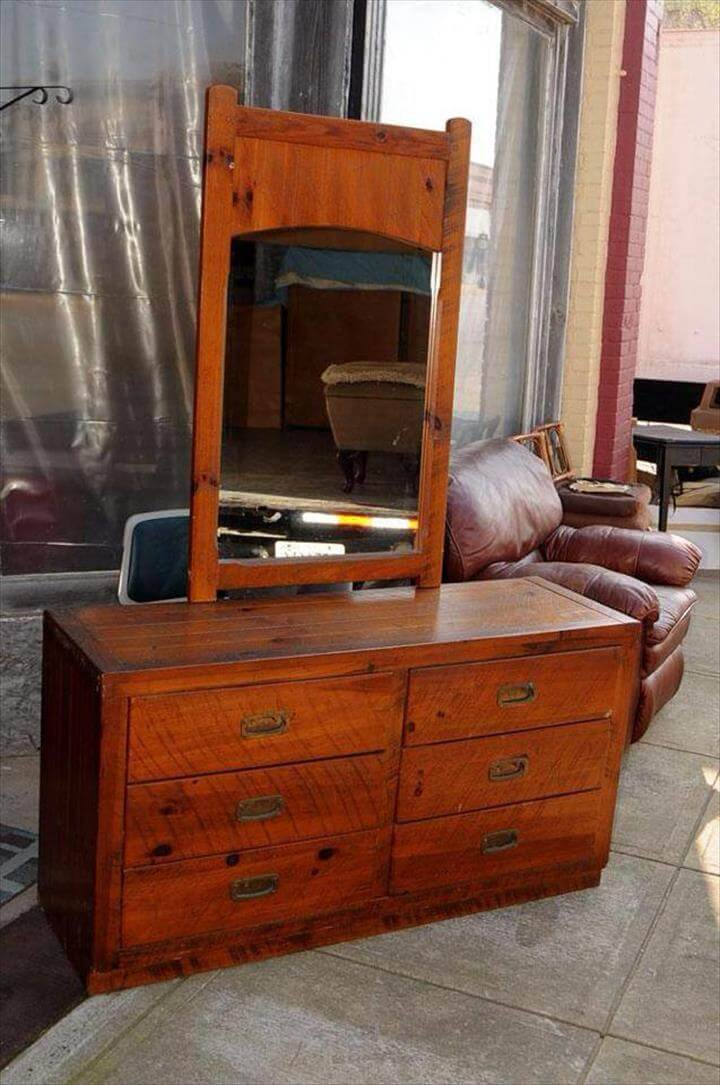Reused pallet dressing table with a mirror bar