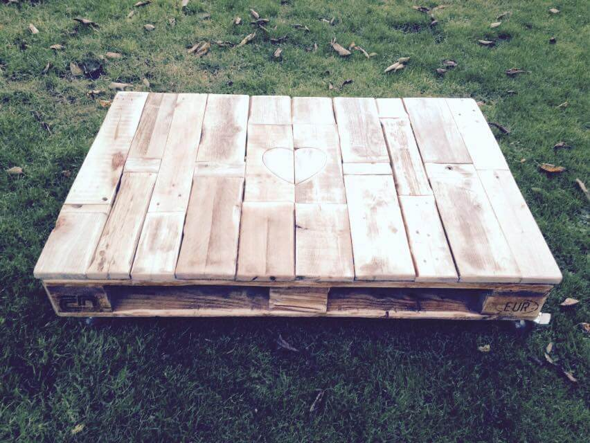 recycled pallet coffee table with heart inlay