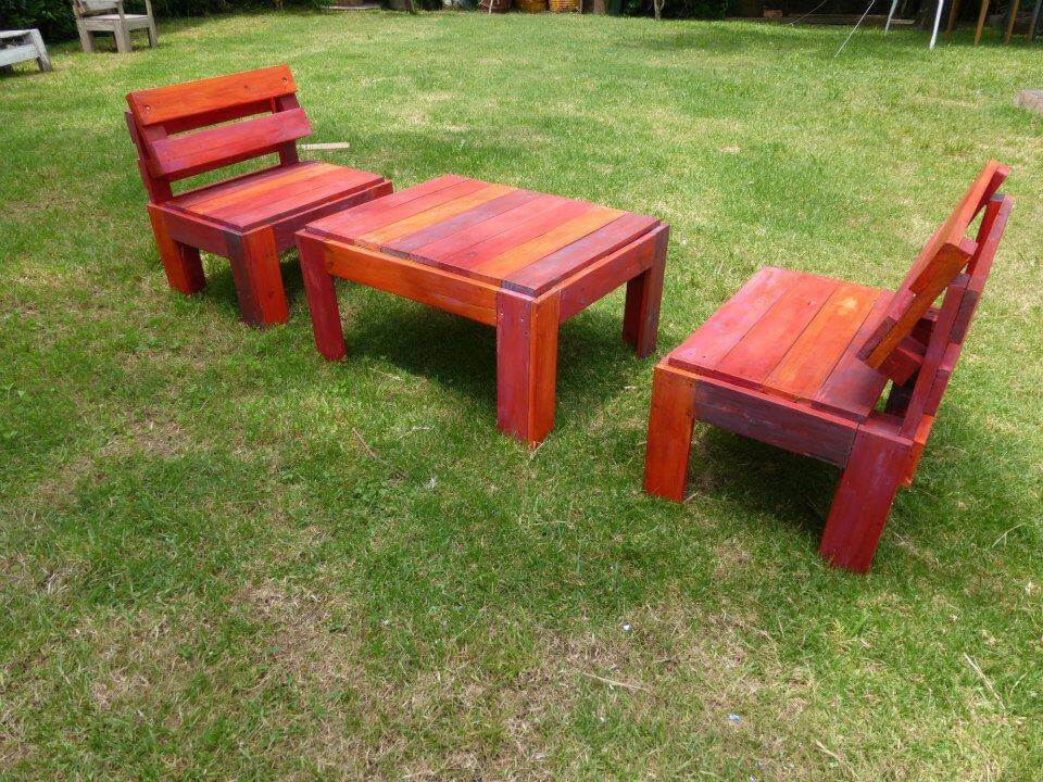 Recycled pallet patio set in red omber