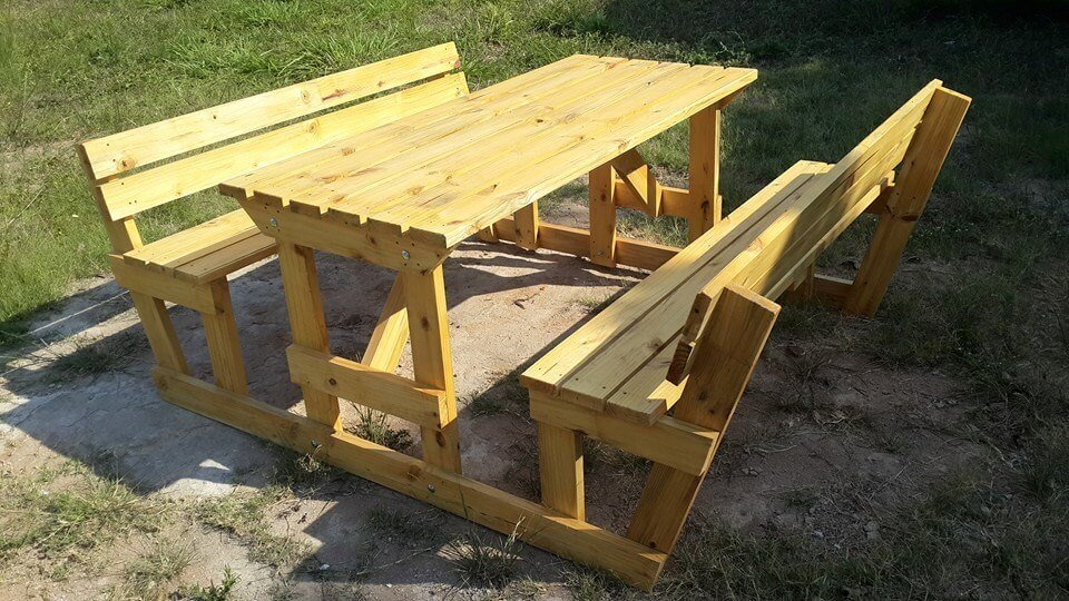This pallet picnic table and the two benches at the sides would make a ...