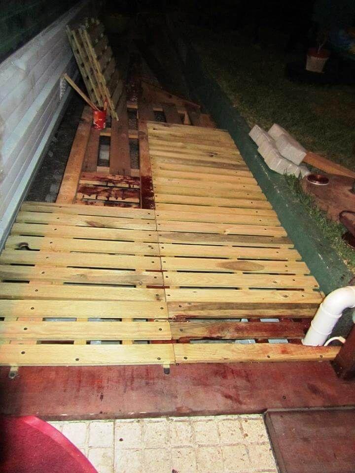 Pallet walkway wooden sidewalk ideas 99 pallets for Wooden walkway plans
