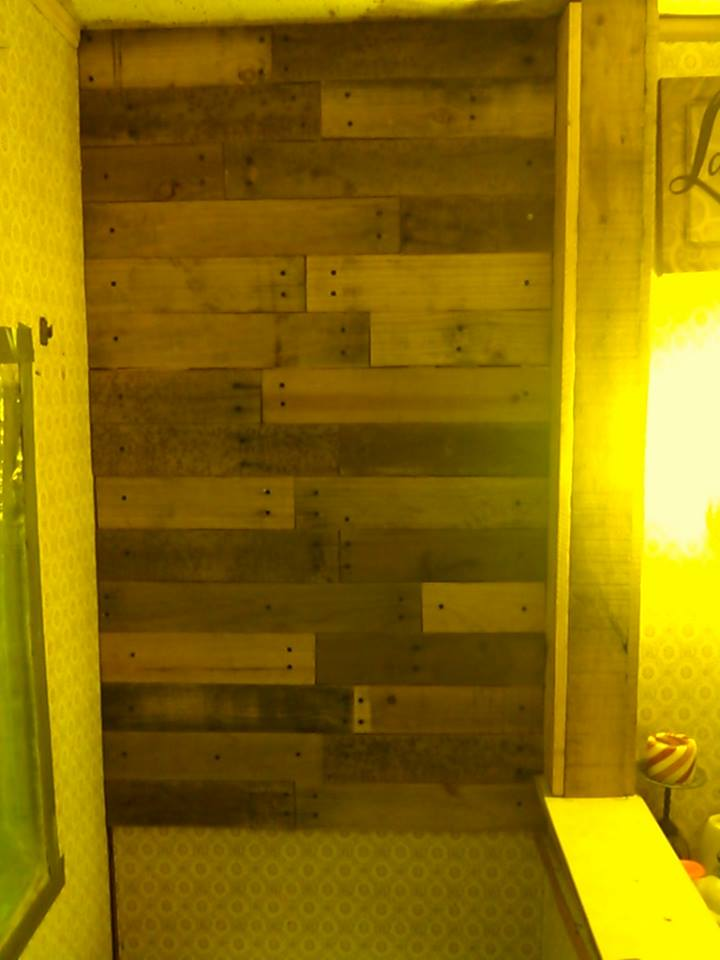 Diy Pallet Bathroom Wall Paneling: Bathroom Wall With Pallet Wood