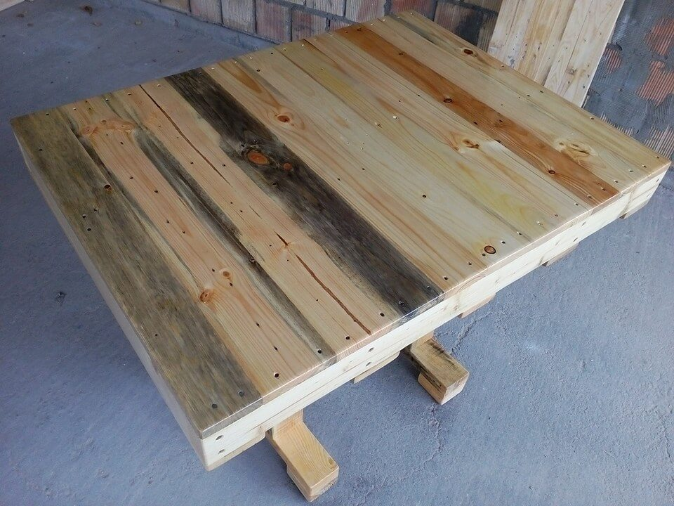 Pallet dining table diy 99 pallets for Pallet dining table