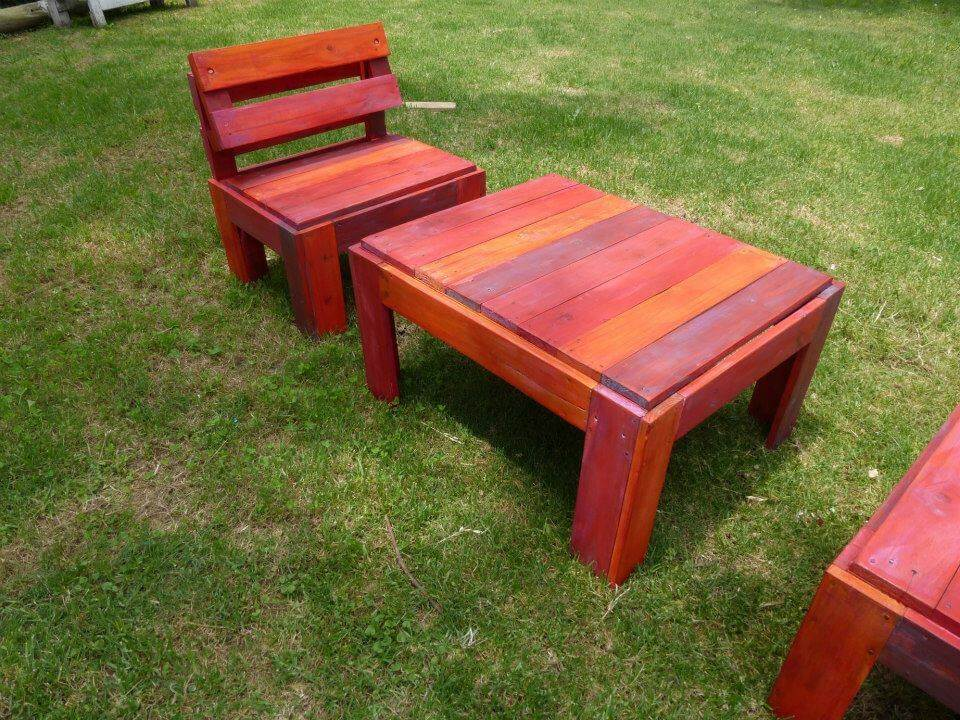 Reclaimed pallet patio set in red omber stain