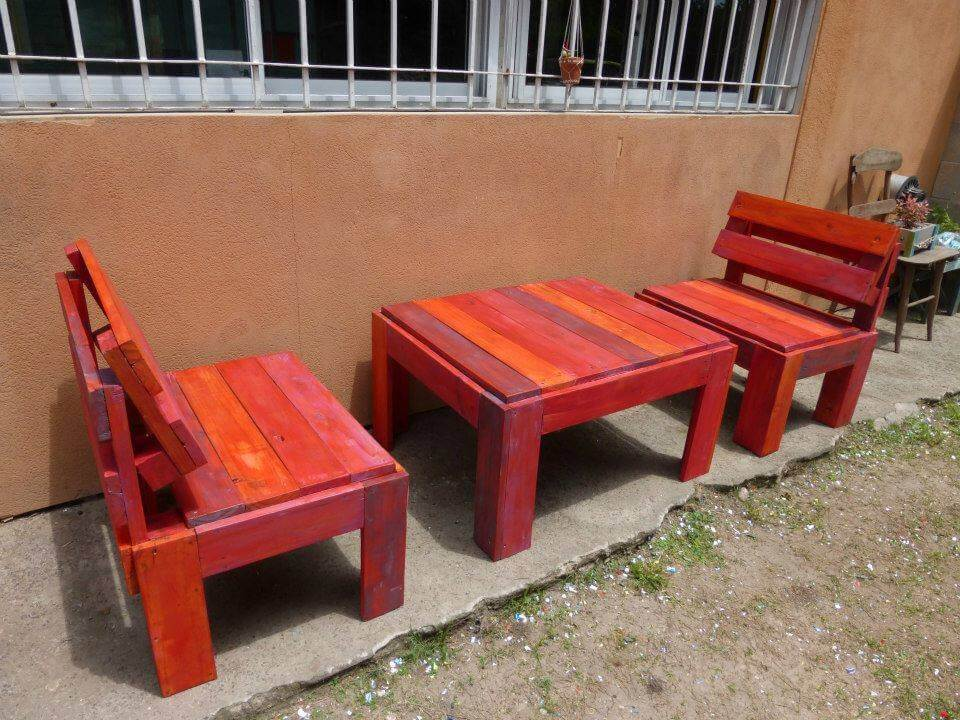 Reshaped pallet patio set in red omber stain