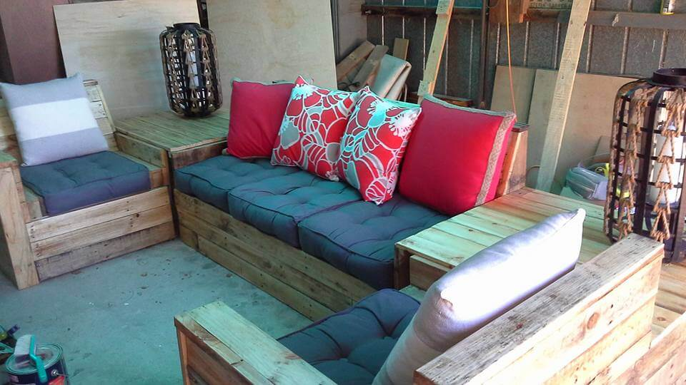 Diy pallet sofa set 99 pallets for Pallet living room couch
