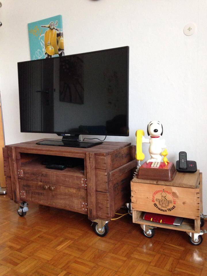 Rustic pallet tv stand on wheels 99 pallets for Pallet wall on wheels