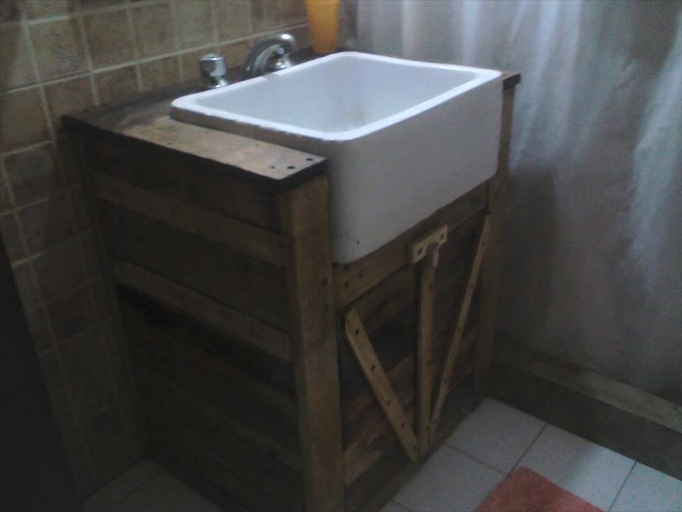 Upcycled pallet bathroom vanity 99 pallets for Diy wood vanity