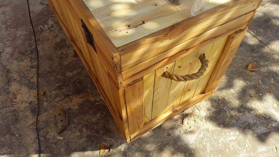 upcycled wooden pallet chest with rope handles