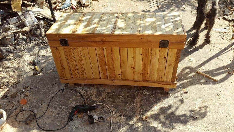 low-cost sturdy wooden pallet chest