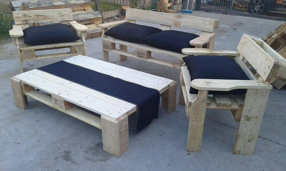 Pallet patio seating furniture set 99 pallets for Muebles terraza con palets