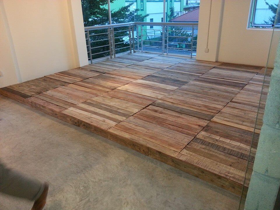 Recycled pallet flooring diy 99 pallets for Diy wood flooring ideas